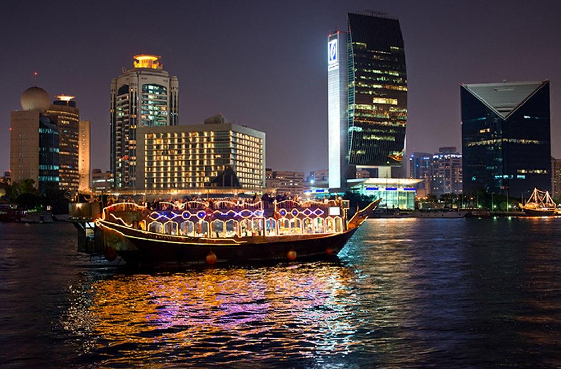 Bootsfahrt mit Dubai Skyline